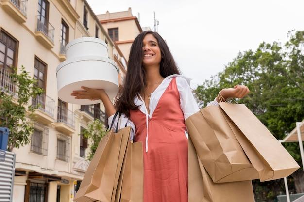 Vooraanzicht van vrouw met boodschappentassen