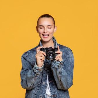 Vooraanzicht van vrouw met camera