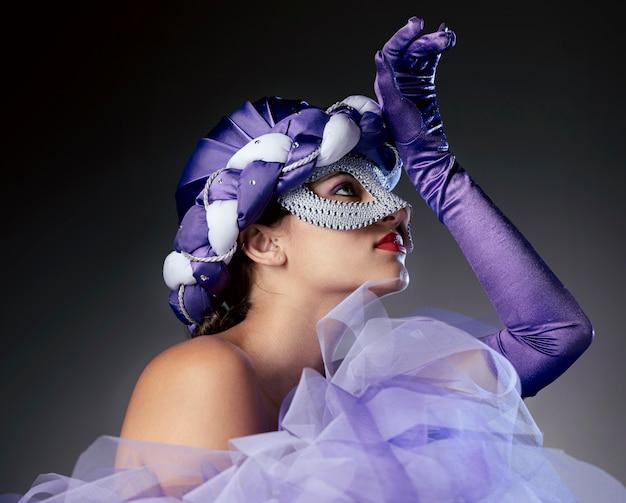Vooraanzicht van vrouw met elegant carnaval-masker
