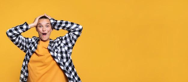 Vooraanzicht van vrouw met geruit overhemd en exemplaarruimte