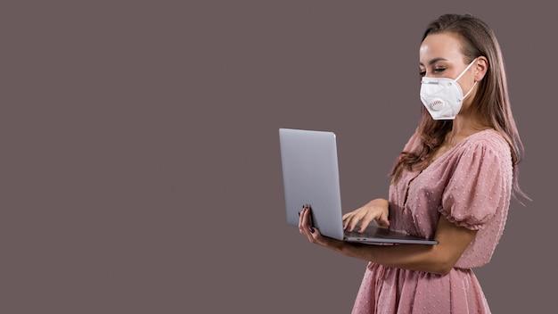 Vooraanzicht van vrouw met gezichtsmasker en exemplaarruimte