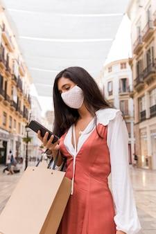 Vooraanzicht van vrouw met gezichtsmasker en gezichtsmasker