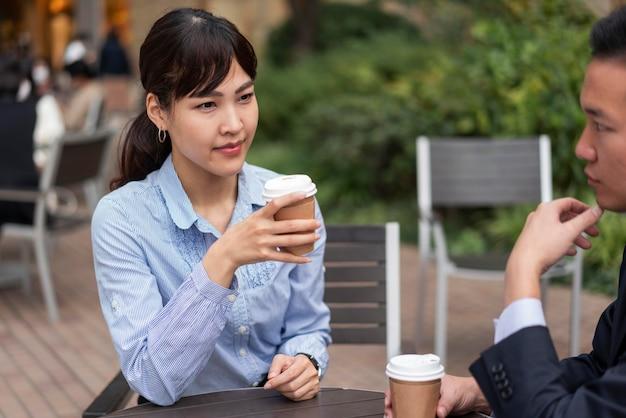 Vooraanzicht van vrouw met koffiekop
