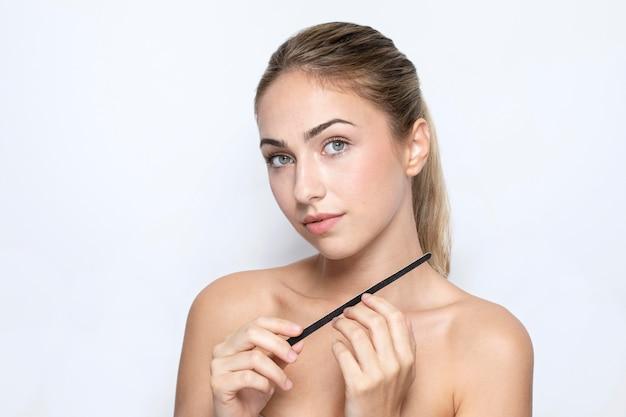 Vooraanzicht van vrouw met nagelvijlconcept
