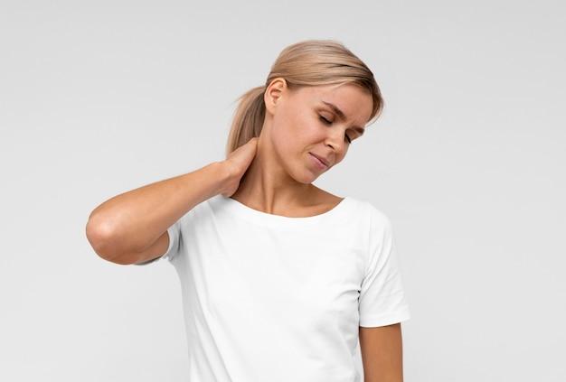 Vooraanzicht van vrouw met nekpijn