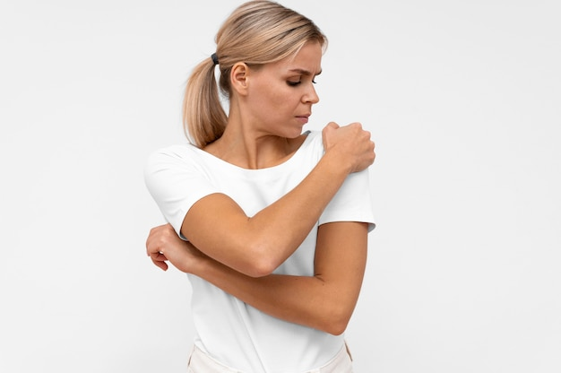 Vooraanzicht van vrouw met pijn in de schouder