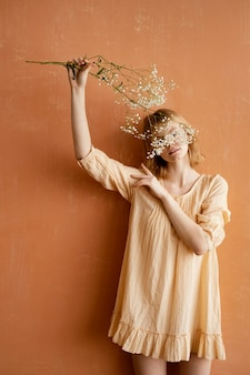 Vooraanzicht van vrouw met prachtige lentebloemen
