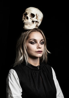 Vooraanzicht van vrouw met schedel op hoofd