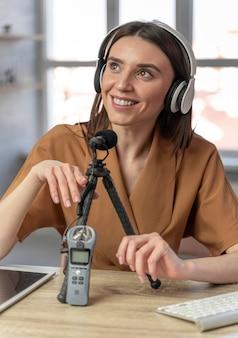 Vooraanzicht van vrouw podcasting met microfoon