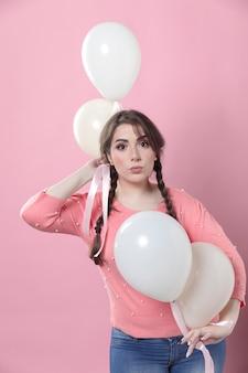 Vooraanzicht van vrouw poseren met ballonnen