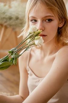 Vooraanzicht van vrouw poseren met delicate lentebloemen