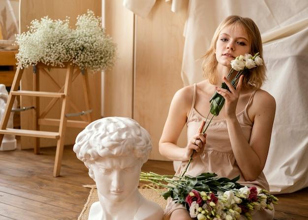 Vooraanzicht van vrouw poseren met lentebloemen