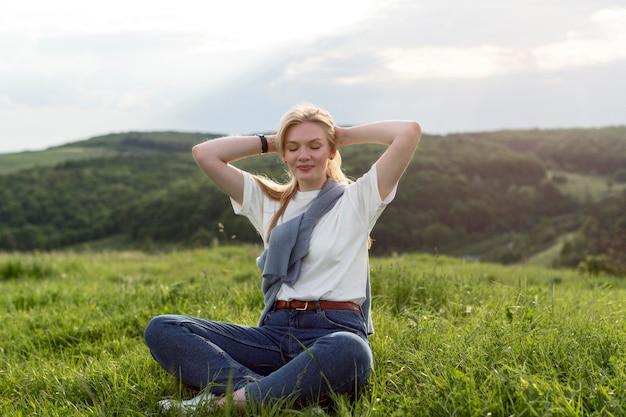 Vooraanzicht van vrouw poseren op het platteland