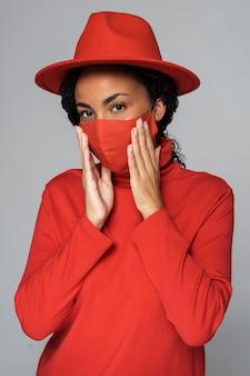 Vooraanzicht van vrouw poseren terwijl het dragen van masker