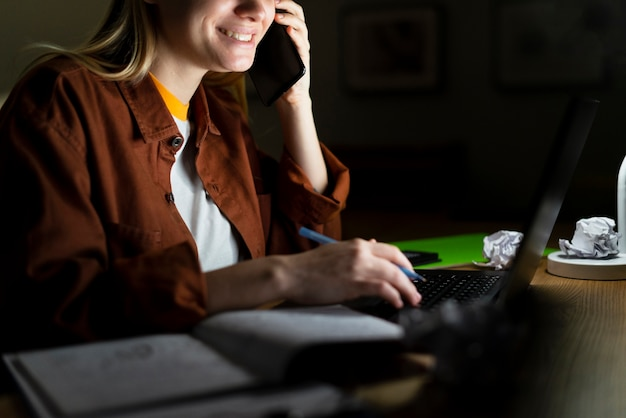 Vooraanzicht van vrouw praten aan de telefoon