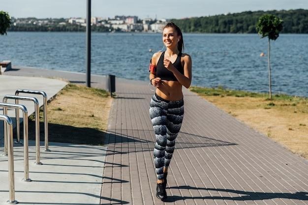 Vooraanzicht van vrouw training