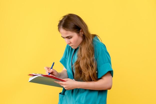 Vooraanzicht van vrouwelijke arts met medische notities