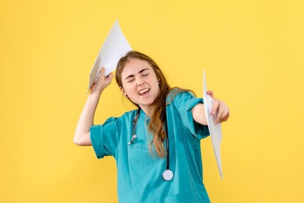 Vooraanzicht van vrouwelijke arts met papieren