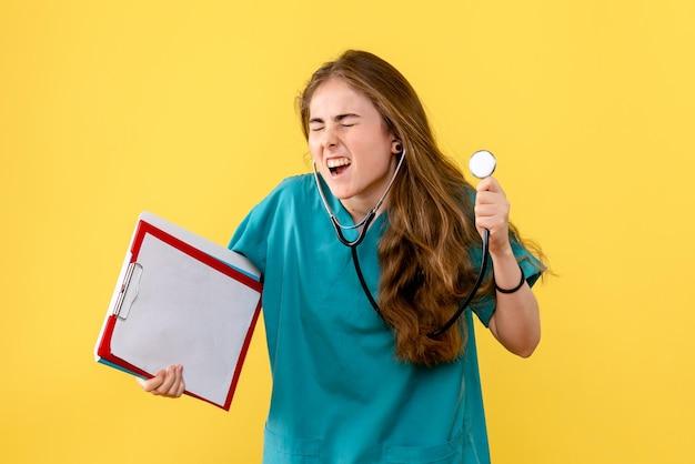 Vooraanzicht van vrouwelijke arts met stethoscoop