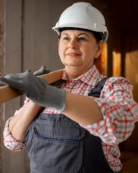 Vooraanzicht van vrouwelijke bouwvakker met bouwvakker