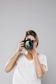 Vooraanzicht van vrouwelijke fotograaf met exemplaarruimte