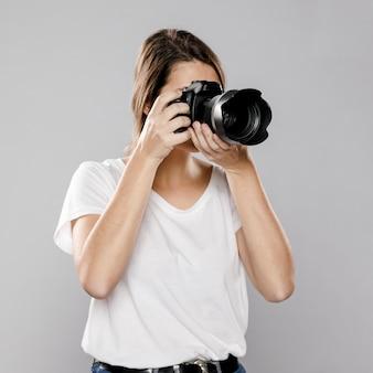 Vooraanzicht van vrouwelijke fotograaf
