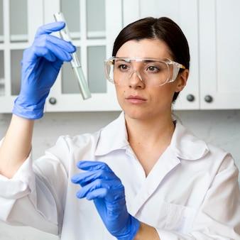 Vooraanzicht van vrouwelijke onderzoeker met reageerbuis