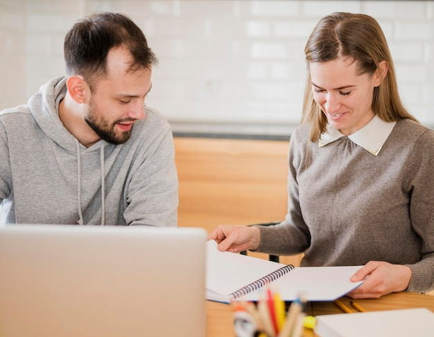 Vooraanzicht van vrouwelijke privé-leraar en student thuis