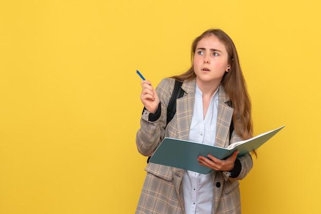 Vooraanzicht van vrouwelijke student die notities schrijft