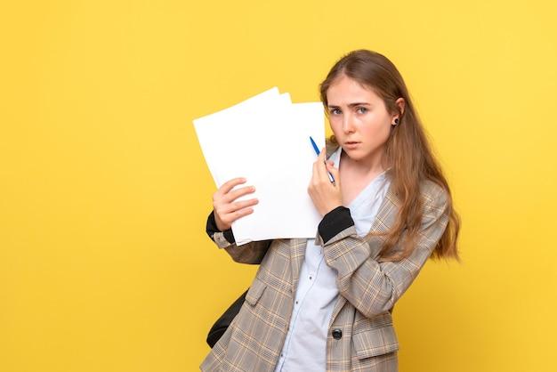 Vooraanzicht van vrouwelijke student met papieren