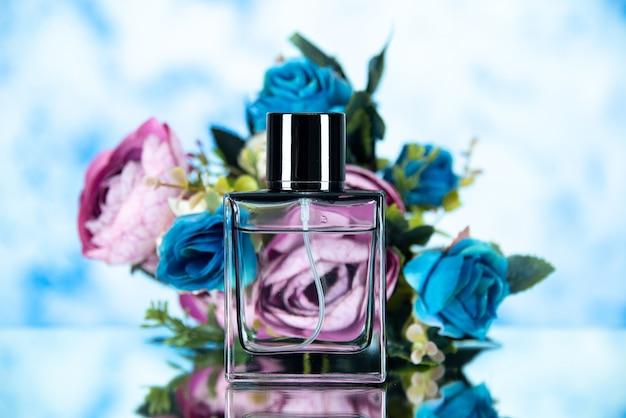 Vooraanzicht van vrouwen parfum gekleurde bloemen op lichtblauw
