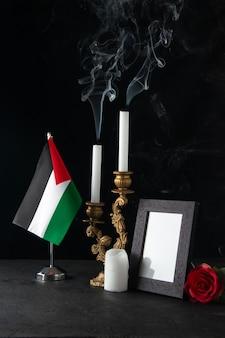 Vooraanzicht van vuurloze kaarsen met fotolijst op zwart