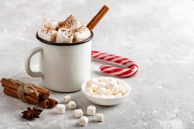 Vooraanzicht van warme chocolademelk concept