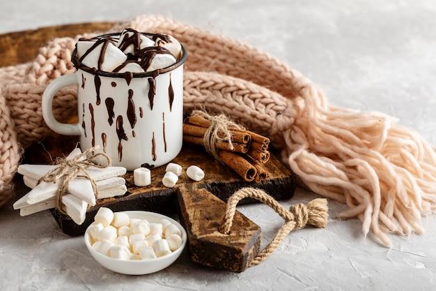 Vooraanzicht van warme chocolademelk met marshmallows