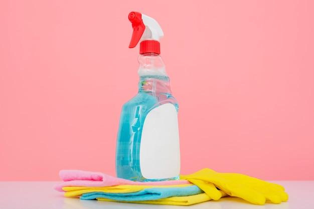 Vooraanzicht van wassingsfles met handschoen