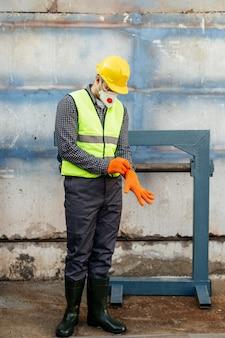 Vooraanzicht van werknemer met reflecterend vest en bouwvakker