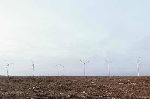 Vooraanzicht van windturbines in het veld die energie opwekken