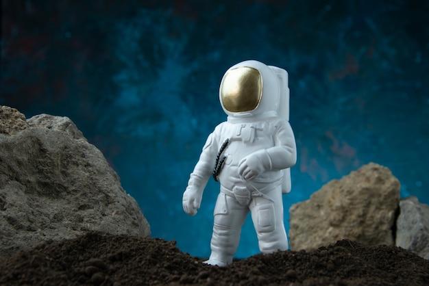 Vooraanzicht van witte astronaut op maan op blauwe fantasie sci fi