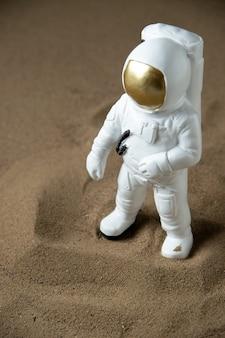 Vooraanzicht van witte astronaut op maan zwart
