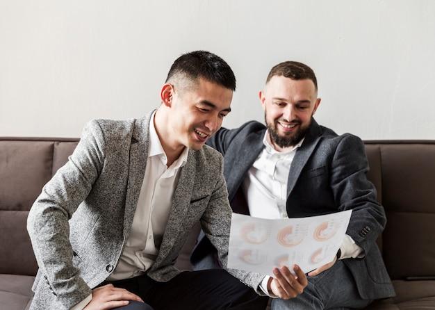 Vooraanzicht van zakenlieden bespreken