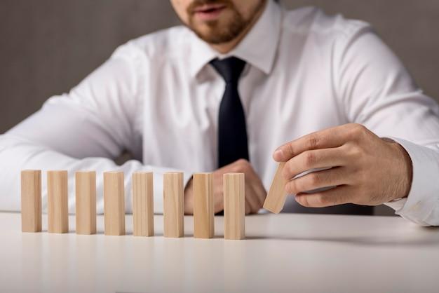 Vooraanzicht van zakenman met dominostenen