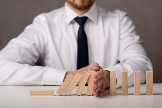 Vooraanzicht van zakenman met stropdas en dominostenen