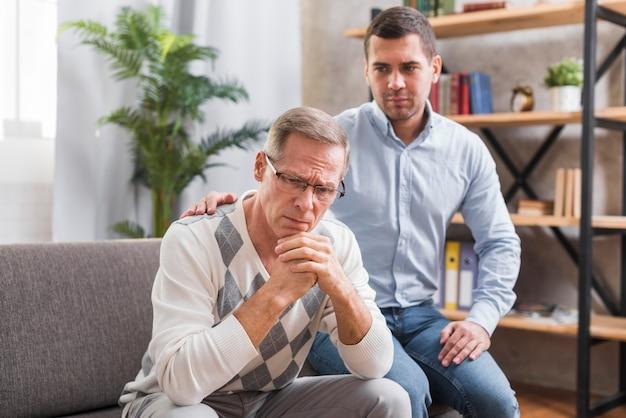 Vooraanzicht van zoon die voor zijn vader draagt