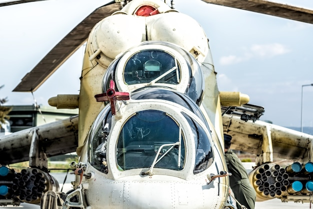 Vooraanzicht van zware multifunctionele militaire helikopter