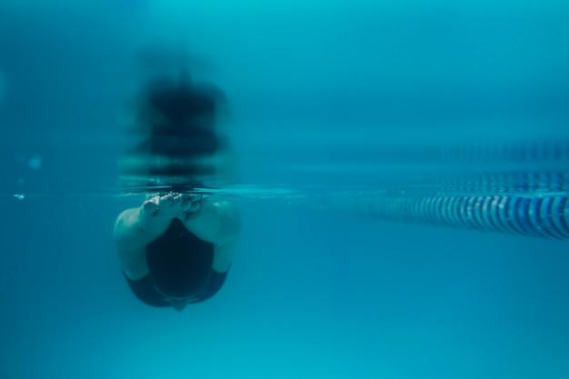Vooraanzicht van zwemmer duiken