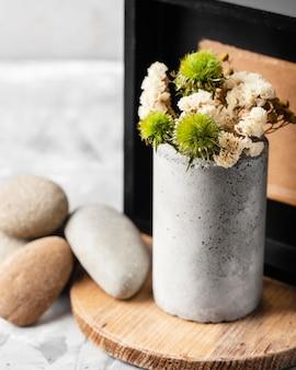 Vooraanzicht veer arrangement met stenen