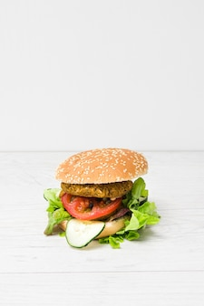 Vooraanzicht veganist hamburger met kopie ruimte