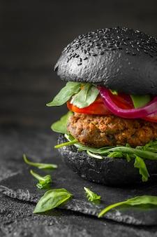 Vooraanzicht vegetarische hamburger met zwarte broodjes