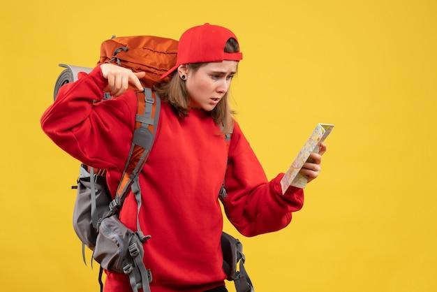 Vooraanzicht verbaasd vrouwelijke backpacker met reiskaart