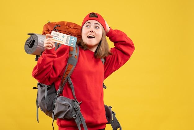 Vooraanzicht verbaasd vrouwelijke camper met rugzak met vliegticket